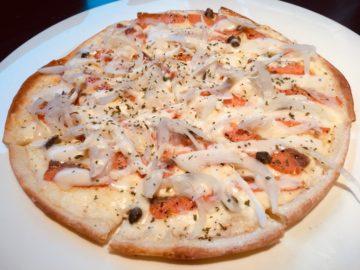 スモークサーモンのホワイトソースピザ