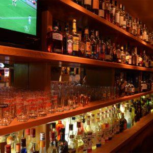 様々なお酒が並ぶバックバー、お酒好きは観ているだけで楽しくなる。