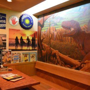 テーブルの奥には、壁一面ジュラ紀をイメージした絵が描かれている。