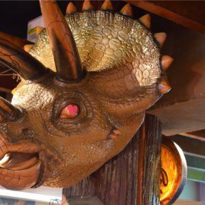 お店の中央にはトリケラトプスのオブジェ。