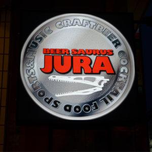 JURAの文字が光る看板が目印。