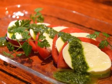 トマトとモッツァレラのカプレーゼ バジルソース